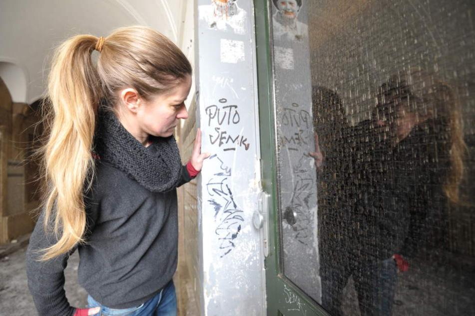 Mitaerbeiterin Susann Schubert (41) an der beschädigten Eingangstür.