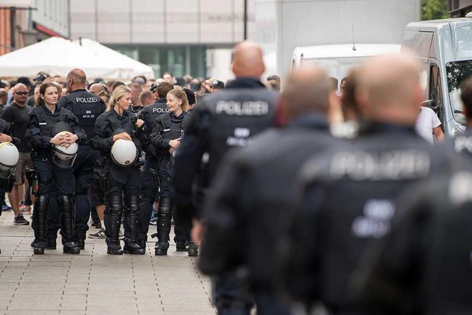 Die Polizei trennt die Schläger voneinander und beruhte die Situation (Symbolbild).