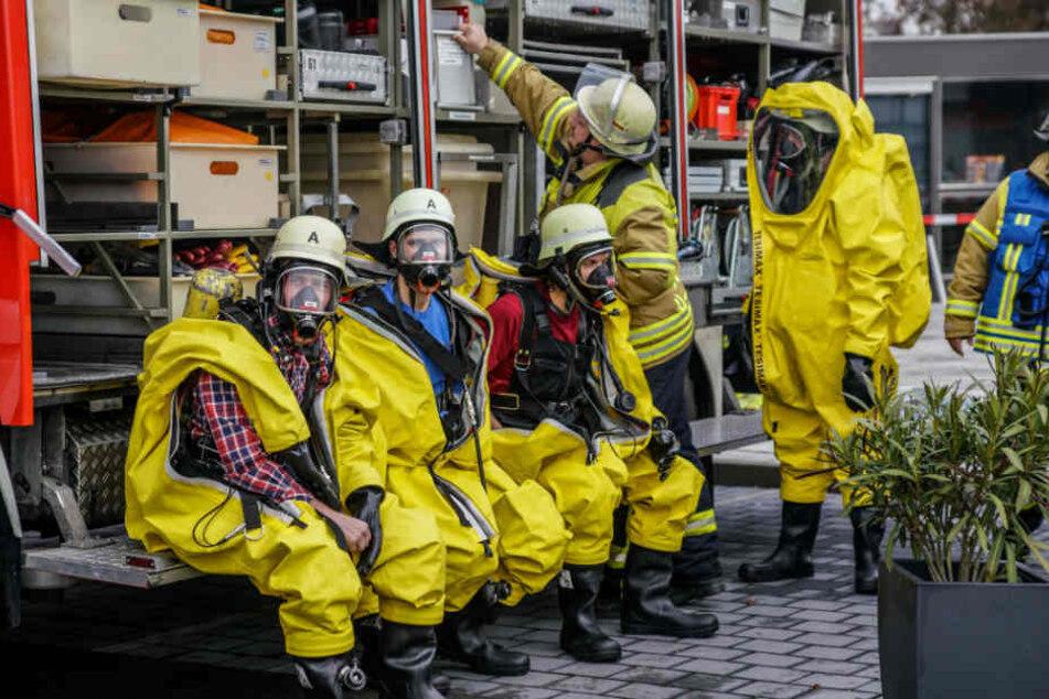 Die Feuerwehr ist mit entsprechender Schutzkleidung vor Ort.