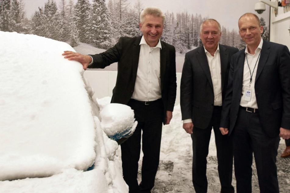 Minister Andreas Pinkwart (FDP), Gunnar Herrmann, Chef der Ford-Werke GmbH, und Jörg Beyer, Chef der Produktentwicklung in der Klimakammer.