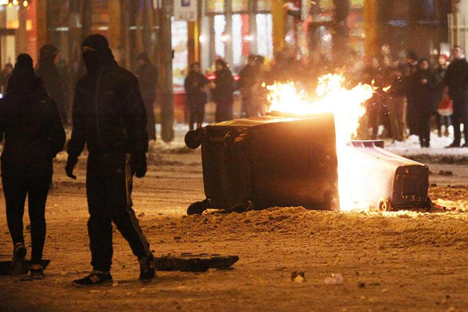 Brennende Mülltonnen haben bei der Schneeballschlacht in Leipzig-Connewitz Tradition. (im Bild: Schneeballschlacht 2014)