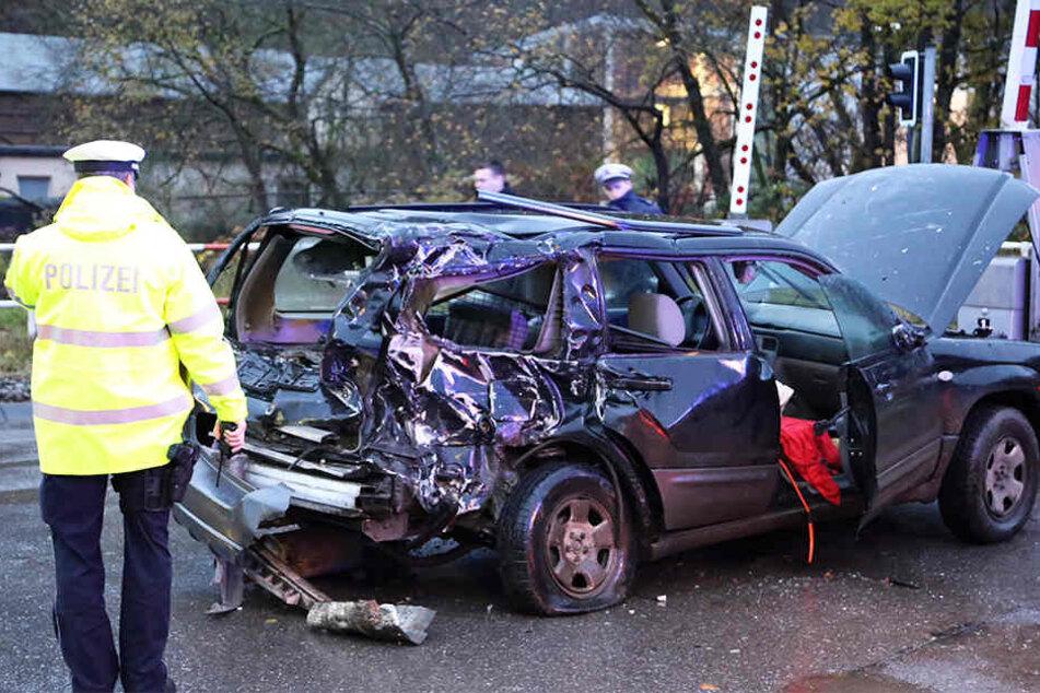 Der Fahrer musste schwer verletzt aus seinem Autowrack gerettet werden.