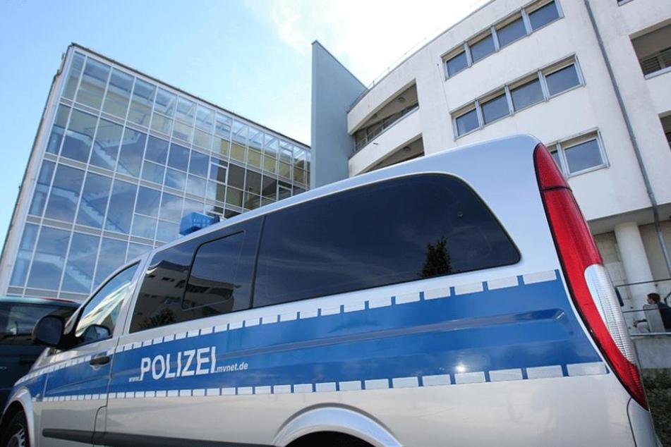 Die Polizei ermittelt wegen Beleidigung und Körperverletzung.