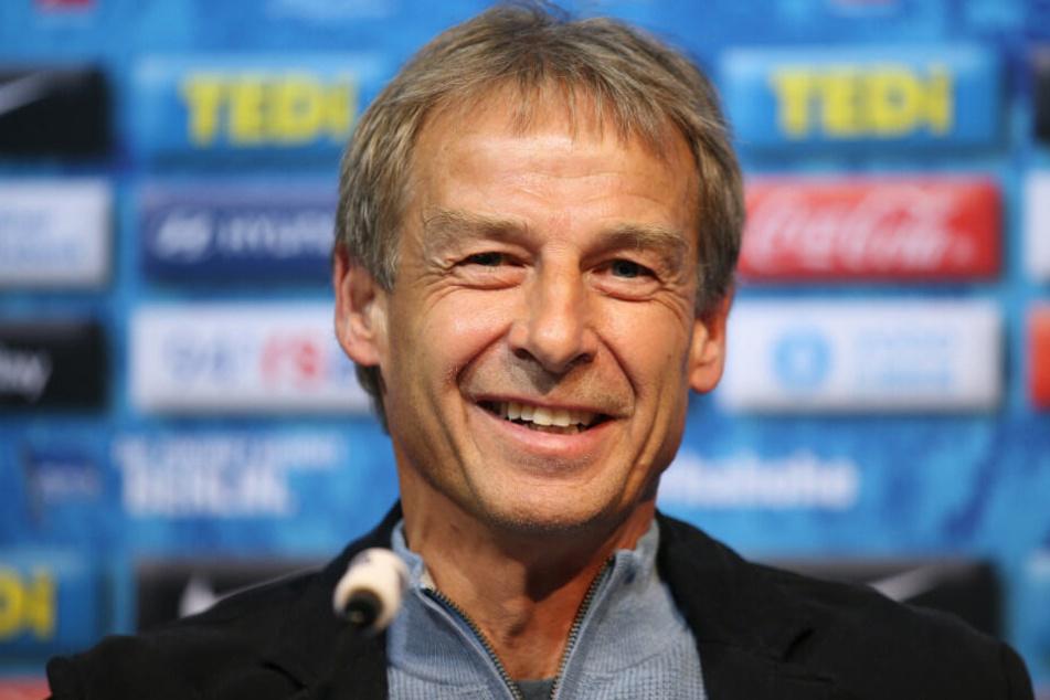 Klinsmann beantwortet auf der Pressekonferenz die Fragen der Journalisten.