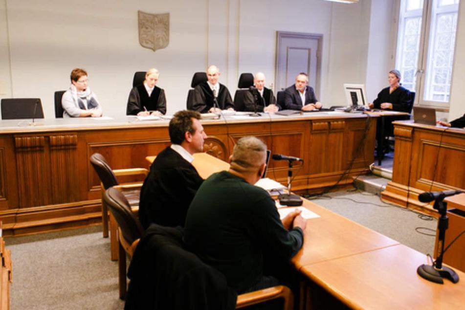Die Prozessbeteiligten sitzen im Gerichtssaal des Landesgerichts Kiel. Hier hat der Angeklagte nun ein Statement verlesen lassen.