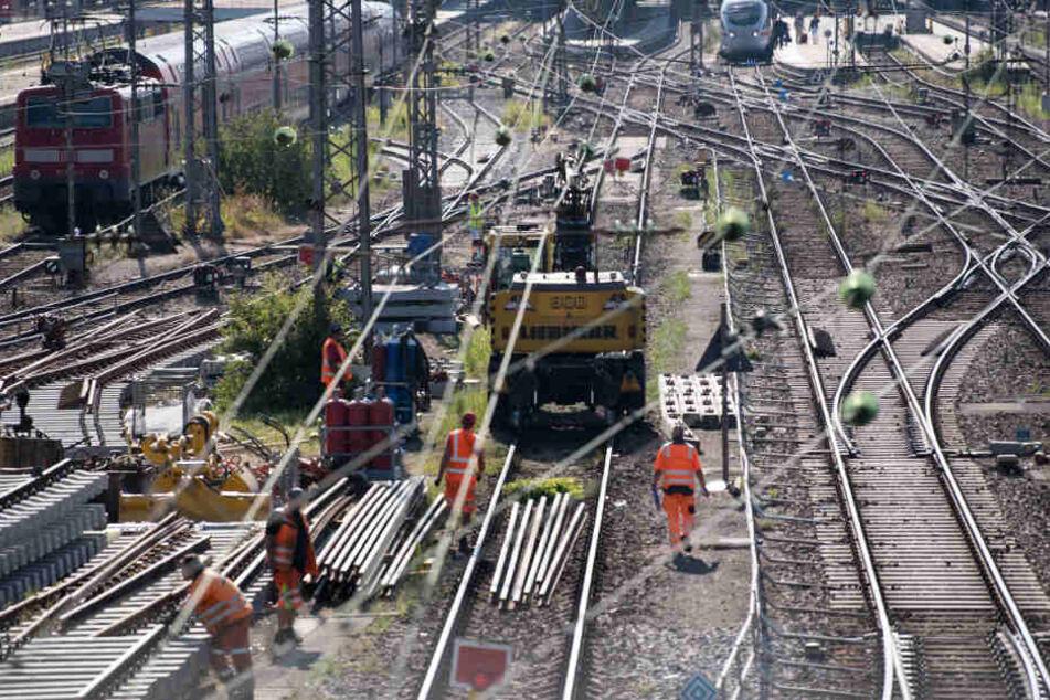 Die Sanierung von maroden Schienen spielt eine wichtige Rolle. (Symbolbild)
