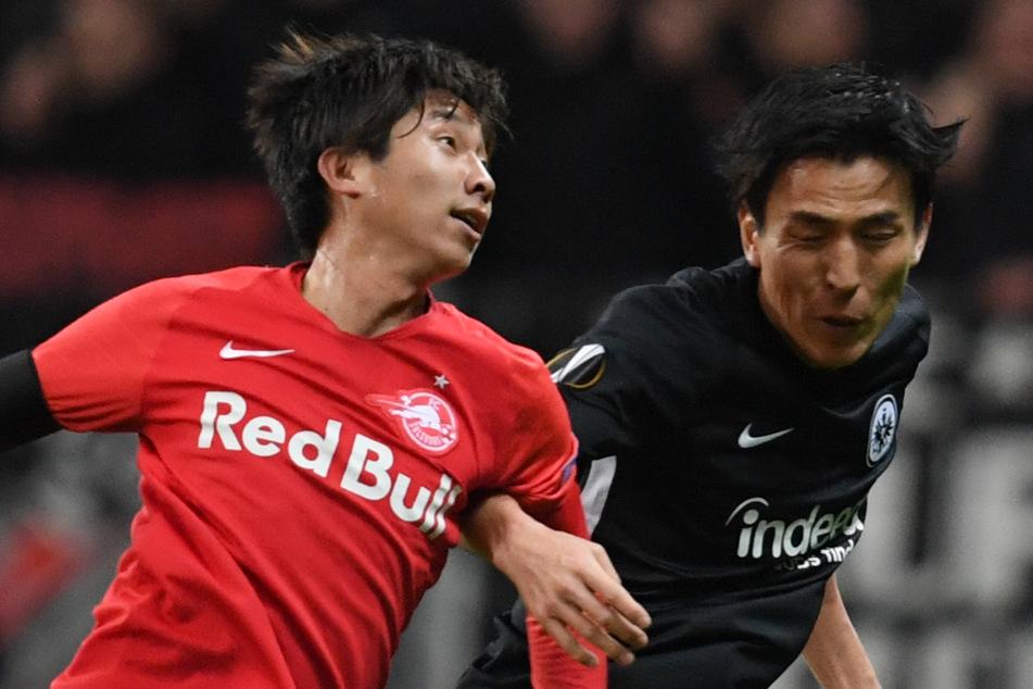Masaya Okugawa (24, l.) hier im Duell gegen Makoto Hasebe (37, r.) von Eintracht Frankfurt.