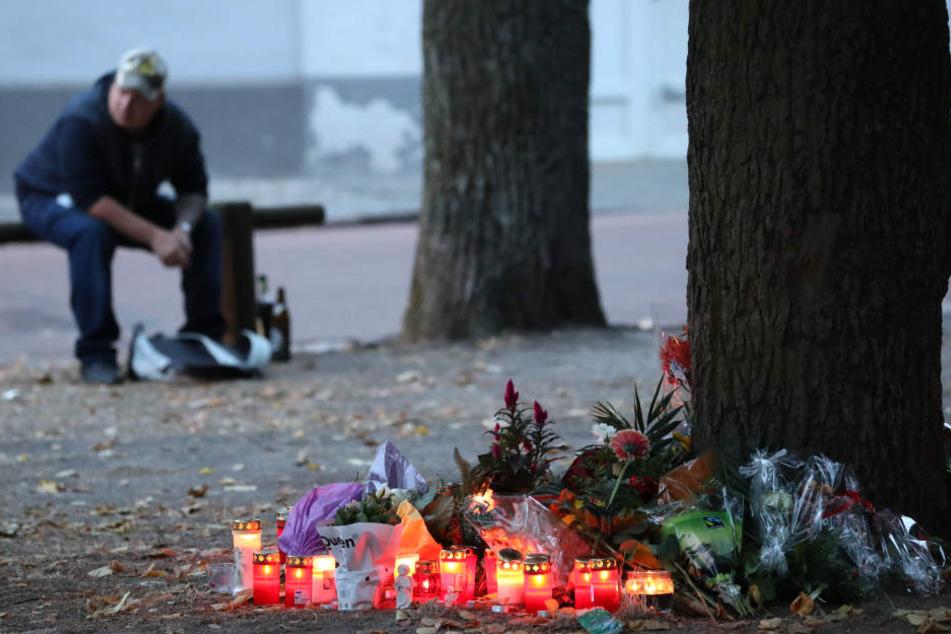Kerzen und Blumen, die Trauernde kurz nach dem Vorfall niederlegten.