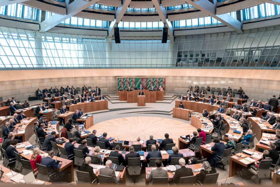 Abgeordnete des Landtages sitzen während der Debatte im Plenum des Landtags von Nordrhein-Westfalen.