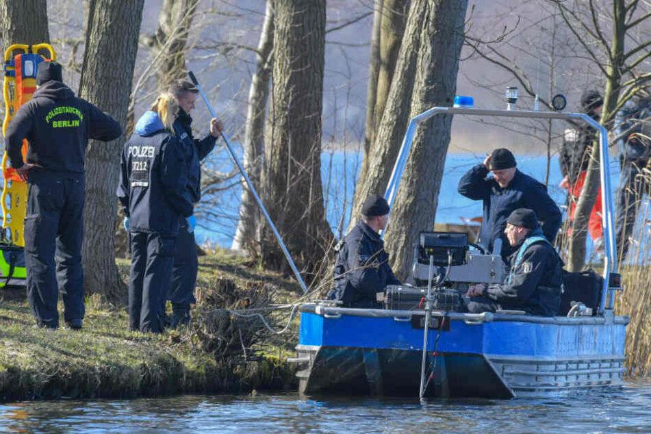 Polizisten suchen am Wolziger See nach Rebecca.
