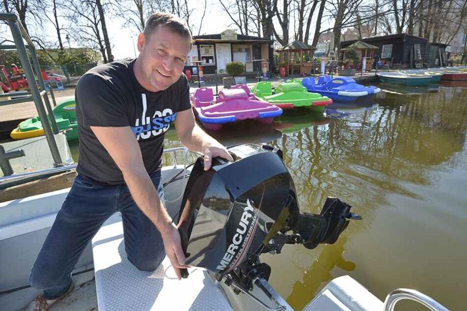 Der Chef packt mit an: Gondelstation-Betreiber Falko Hirsch (45) macht zum Saisonbeginn ein Motorboot startklar.