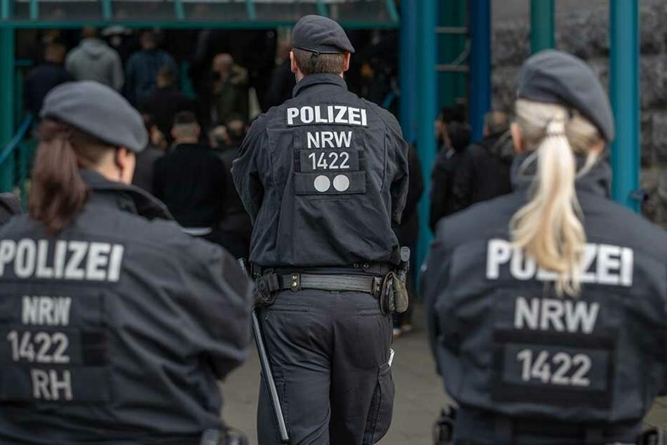 Die Polizei musste an der Schule wegen bewaffneter Personen anrücken (Symbolbilder).