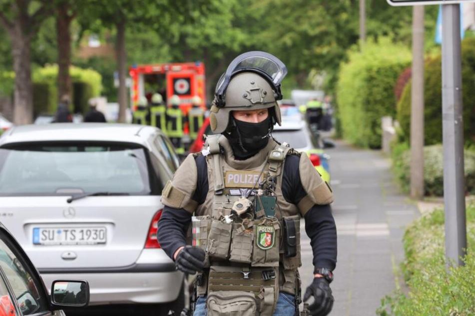 Wegen einer Bedrohungslage in Köln-Weiden rückten am Montagmittag Einsatzkräfte des SEK an.