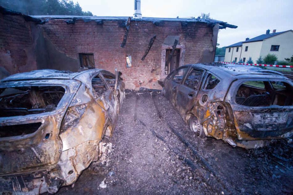Weder die Autos noch das Nebengebäude konnten gerettet werden.