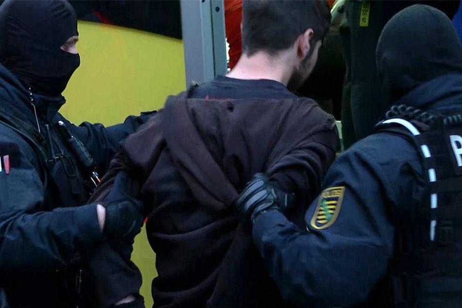 SEK-Einsatzkräfte führen den Täter ab, der überwältigt werden konnte.
