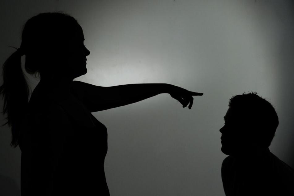 Männer als Opfer werden in der Gesellschaft tabuisiert, bei häuslicher Gewalt haben sie oft Angst sich jemandem anzuvertrauen. (Symbolbild)