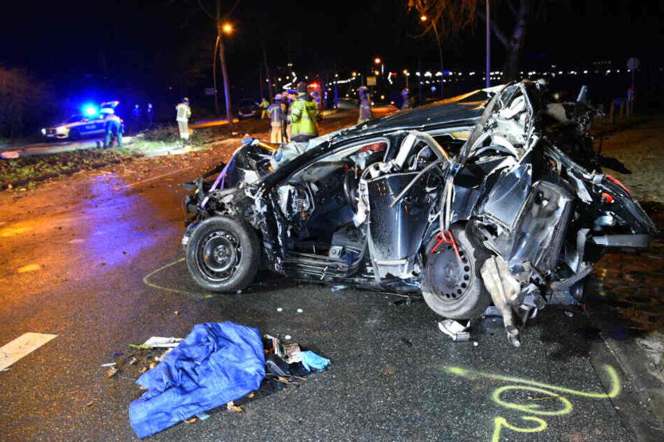 Ein Fahrer wurde bei dem Unfall in seinem Auto eingeklemmt und musste von der Feuerwehr befreit werden.