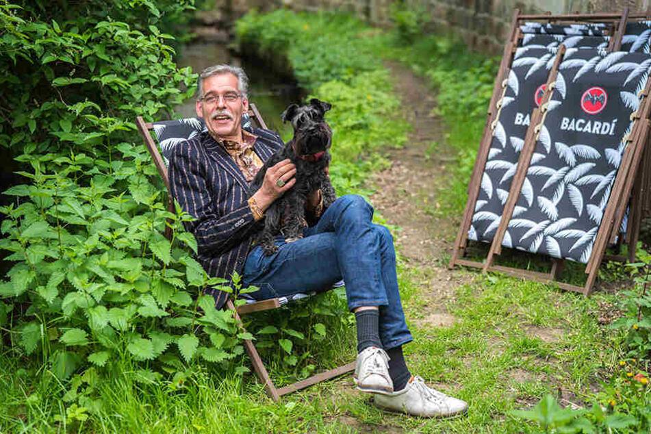 Wirt Alexander Ockel (51) nimmt mit Hündin Lotte im Liegestuhl an der Prießnitz Platz.