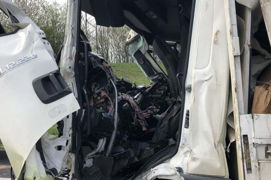 Der Lkw-Fahrer wurde in seinem Führerhäuschen eingeklemmt und schwer verletzt.