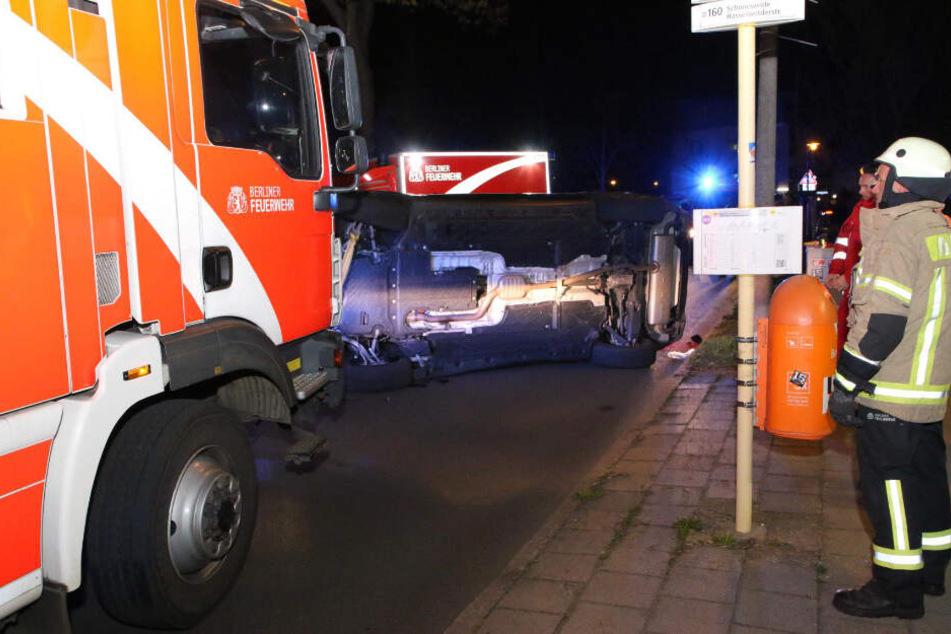 Die Berliner betrachtet das umgekippte Fahrzeug.