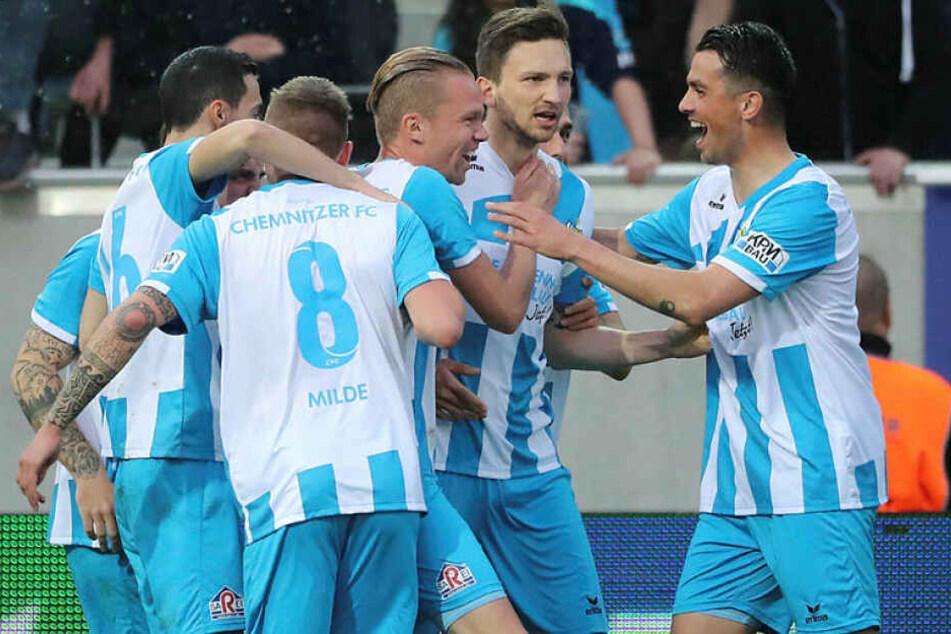 Der Chemnitzer FC gewann ein denkwürdiges Halbfinale gegen den 1. FC Lok Leipzig im Elfmeterschießen.