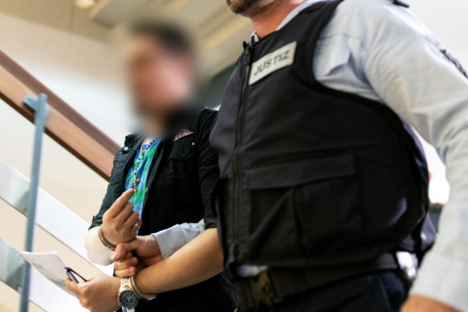 Der verurteilte Sexualstraftäter soll den Sohn seiner Partnerin mehr als zwei Jahre lang für Vergewaltigungen verkauft und ihn selbst missbraucht haben.