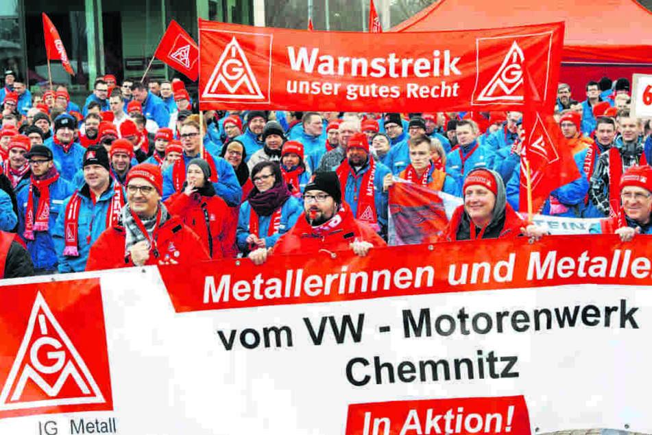 Einer der ersten Warnstreiks legte die Frühschicht im VW-Motorenwerk lahm.