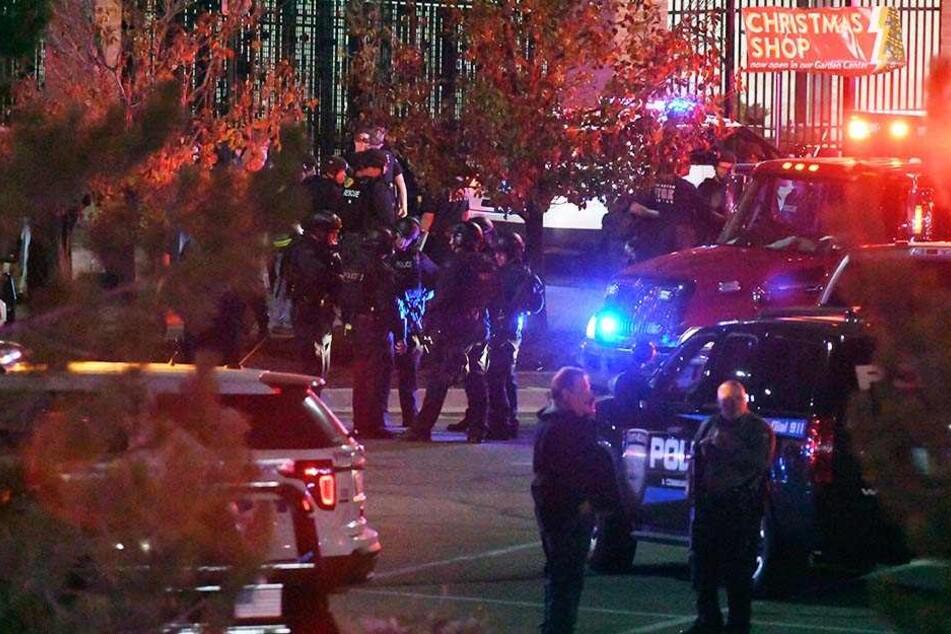 """Einsatzkräfte stehen vor einem Einkaufszentrum der """"Walmart""""-Kette"""