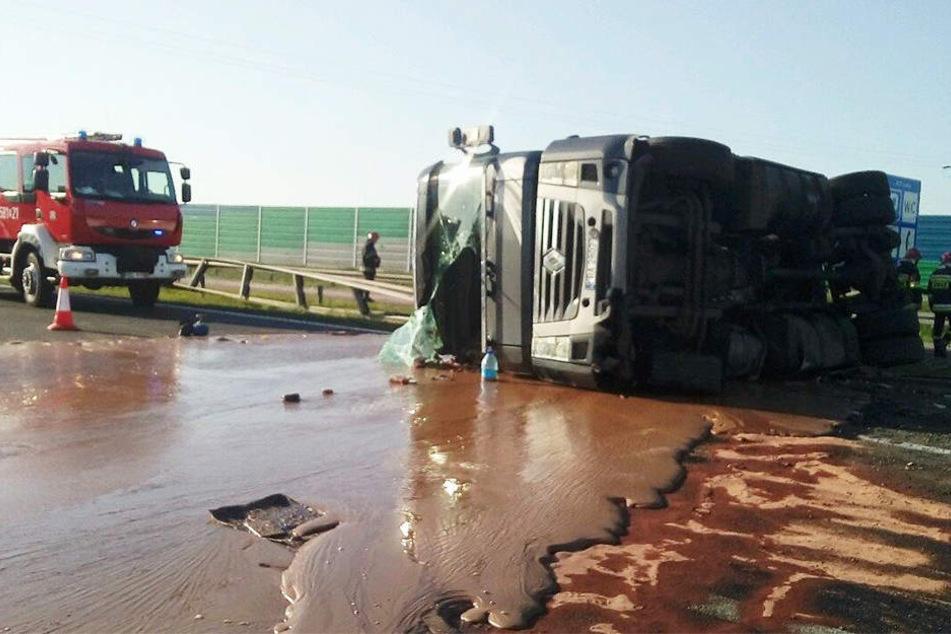 Der umgestürzter Tanklastzug hinterließ tausende Liter Schokolade auf der Fahrbahn.