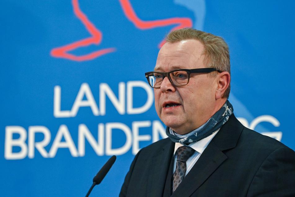 Brandenburgs Innenminister Michael Stübgen (61, CDU) kündigt an, die Erstimpfungen mit Moderna und Biontech herunterzufahren.