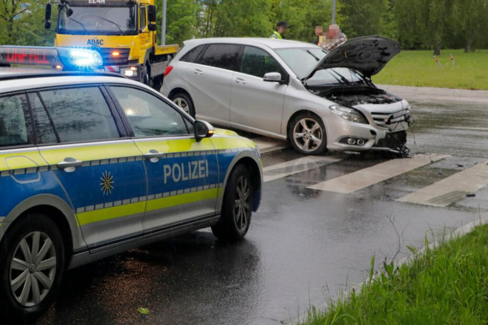 Heftiger Unfall in Kreisverkehr: Mercedes-Fahrerin verletzt
