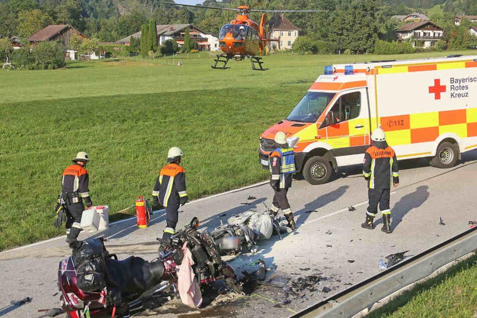 Die beiden Motorräder wurden bei dem Unfall völlig zerstört.