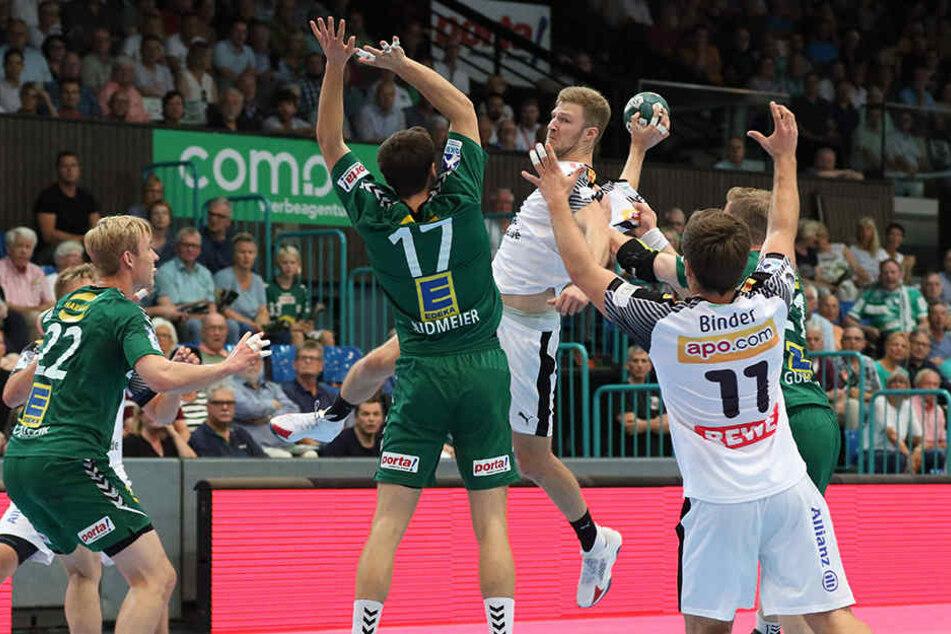 Philipp Weber (SC DHfK Leipzig, 20) gegen Sören Südmeier (GWD Minden, 17) und Magnus Gullerud (GWD Minden, 21).