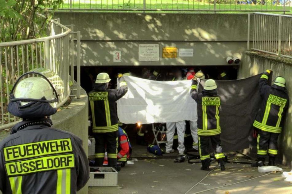 Die Feuerwehr und Sanitäter halfen dem Jungen aus seiner misslichen Lage.