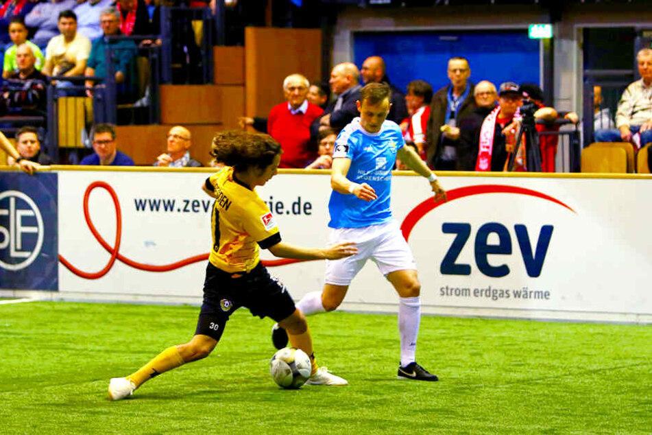Dynamo Matthäus Taferner (l.) versucht, den Ball vorm Chemnitzer Nils Blumberg abzuschirmen.