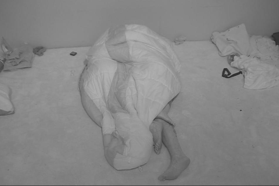 Unter dem Schlafsack ging es offenbar heiß her. Doch dann machte Evelyn einen Rückzieher.