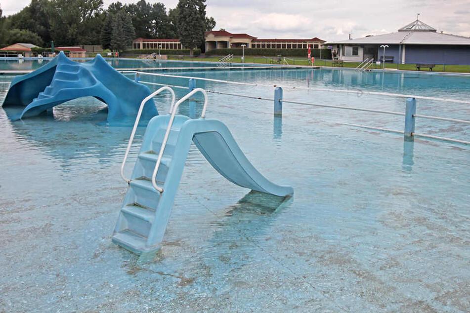 Die Kinderrutschen im Crossener Freibad: Beiden droht aufgrund von Altersschäden das baldige Aus. Ein Ersatz ist teuer.