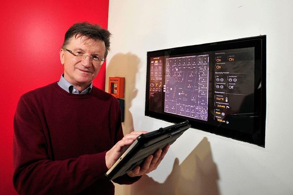 Elektroinnungs-Chef Robby Drechsel (61) zeigt auf der Baumesse, wie sich mit smarter Technik Gebäude steuern lassen.