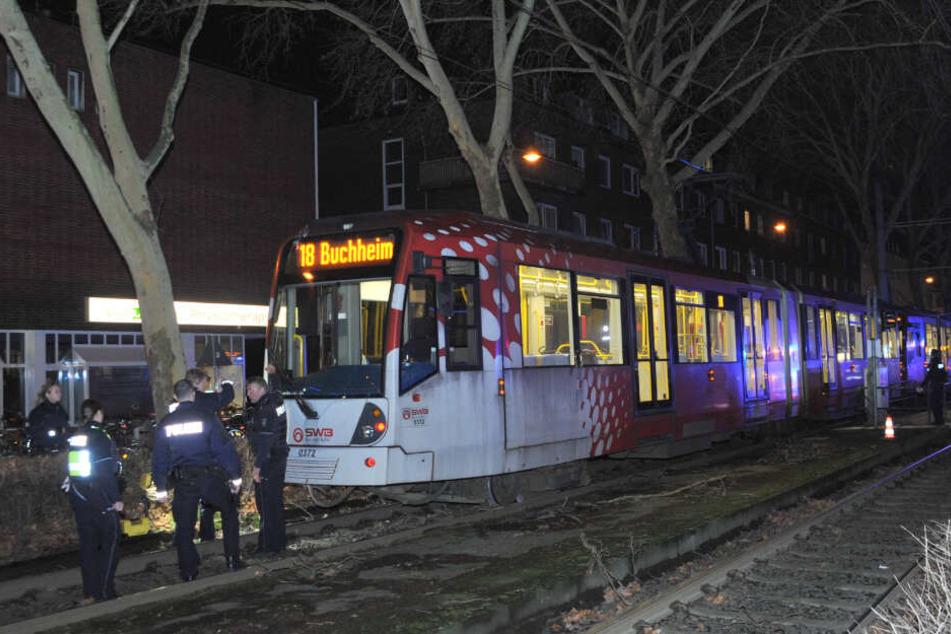 Polizisten untersuchen den Unfall-Ort.