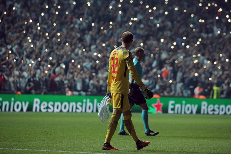 In der 60. Minute gingen im Vodafone Park die Lichter aus. Tausende Zuschauer zückten ihre Handys und verwandelten das Stadion in ein Lichtermeer.