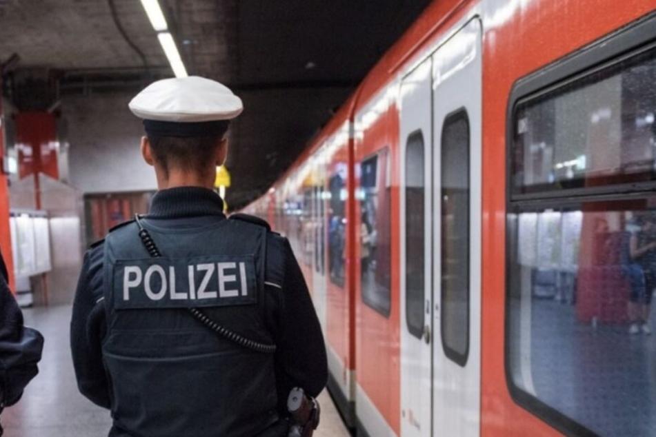 Die Polizei musste sich in Augsburg einem Mann ohne Fahrschein annehmen. (Symbolbild)