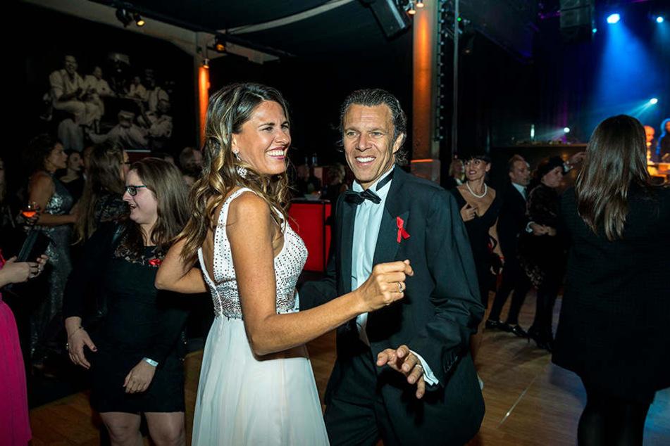 """Preisträger Urs Meier (57) tanzt mit Ehefrau Andrea (45) vergnügt durch die  Nacht. """"Dass Kinder gesund zur Welt kommen, ist uns Herzensache - vor drei  Jahren sind wir selbst noch einmal Eltern geworden."""""""