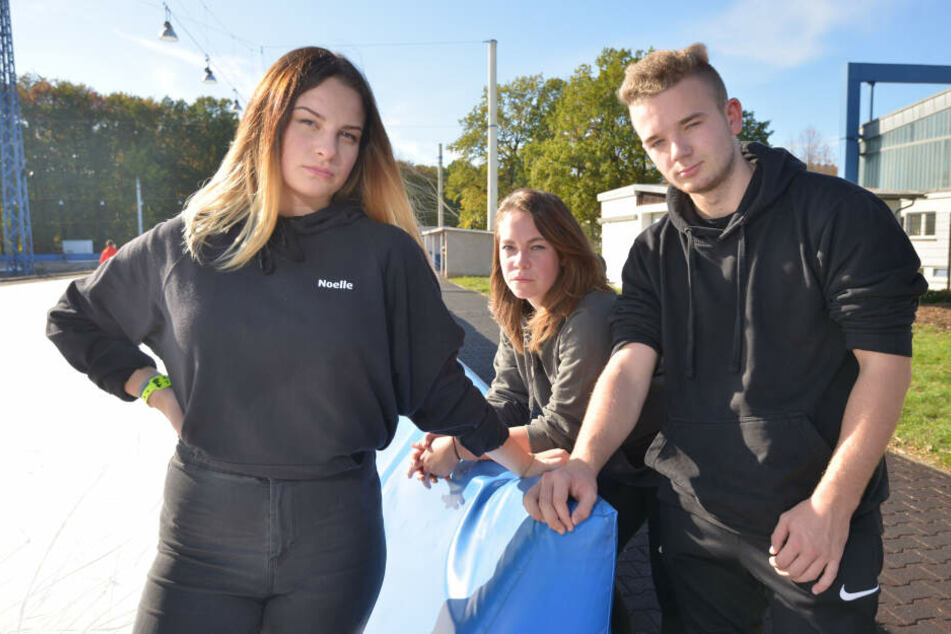 """Die """"Icecrasher"""" Lina Sophie Raabe (18), Noelle Uhlig (17) und Christian Meyer (17) ärgern sich, weil es keine Jahreskarten mehr gibt."""