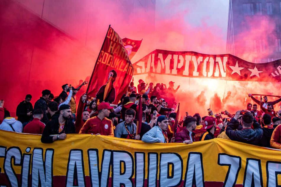 Stuttgart: Galatasaray ist türkischer Meister: Fans feiern ausgelassen, doch Polizei greift ein