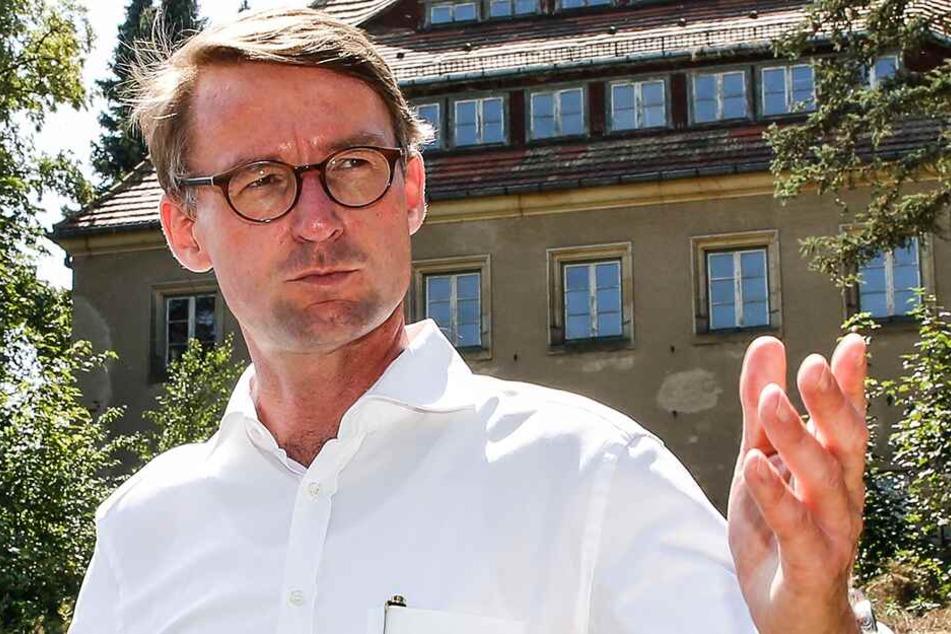 Innenminister Roland Wöller (49, CDU) kam zum Abriss-Start der alten Lederfabrik in Freital vorbei.