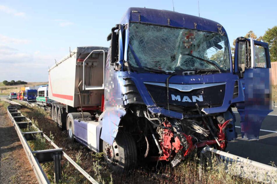 Dramatischer Unfall! Lkw kracht auf A9 in Gefahrgutlaster und bleibt auf Leitplanke stecken