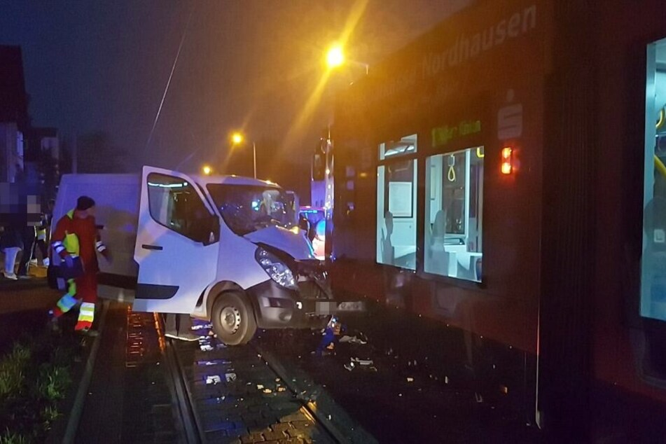 In Nordhausen krachte am Donnerstagmorgen ein Transporter in eine Straßenbahn.