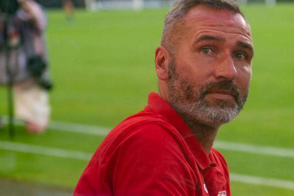 Seine Pflichtspielpremiere als Stuttgarter Coach: Tim Walter gegen Hannover auf der Trainerbank.