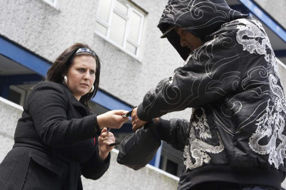 Ein 31-Jähriger hat am Samstag versucht, einer Frau in der Königstraße die Handtasche zu klauen. (Symbolbild)