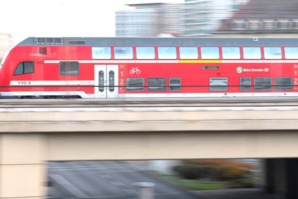 Zeugen gesucht! Zugbegleiter und Reisender mit Schlagstock bedroht